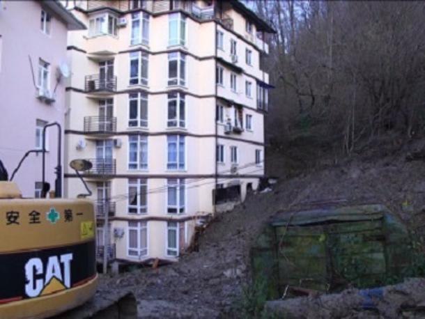 Сошедший в ноябре оползень в Сочи все еще представляет угрозу многоэтажке