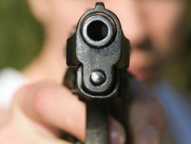 В Краснодаре заядлый преступник-такстист под дулом пистолета отобрал телефон у соседа