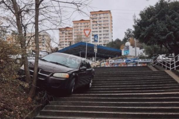 Нетрезвый шофёр поехал полестнице вСочи изастрял