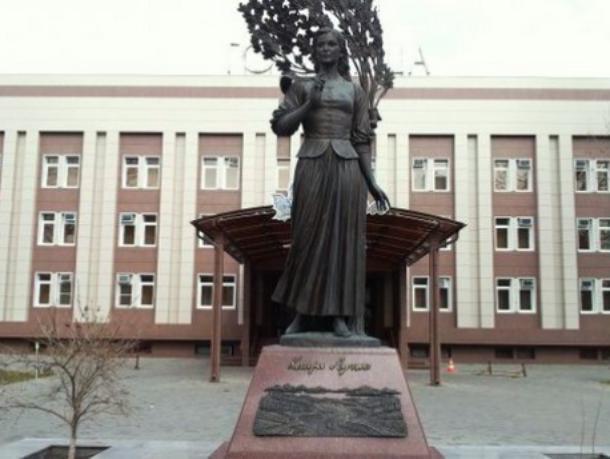 История Краснодара: к памятнику «своей» Кларе Лучко молодожены несут цветы