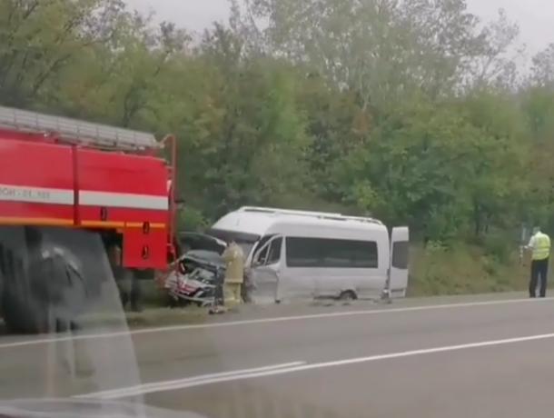 BMW на встречке столкнулась лоб в лоб с микроавтобусом полным людей под Горячим Ключом