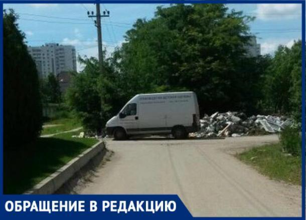 Неизвестные выбросили строительный мусор в жилом дворе в Краснодаре