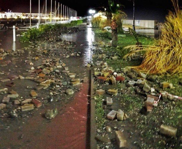 Шторм разрушил часть Олимпийской набережной вСочи напротив стадиона Фишт