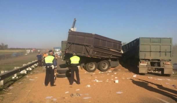 Два человека погибли при столкновении четырех грузовиков в Кавказском районе