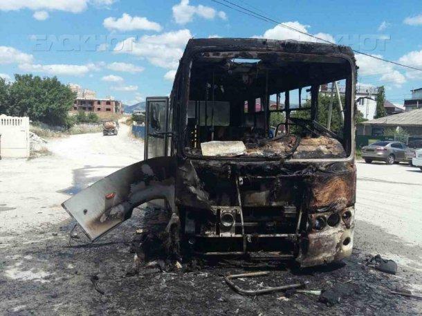 Маршрутка с пассажирами внутри загорелась в Новороссийске