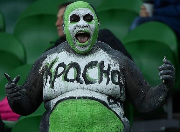 Темнокожий фанат ФК «Краснодар», разрисовавший тело в цвета клуба, оказался режиссером и музыкантом  из Африки