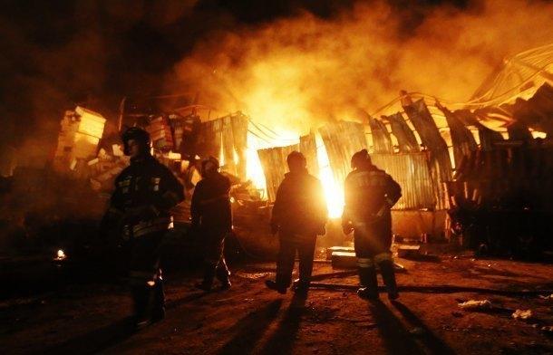 ВКропоткине наскладе строительных материалов cотрудники экстренных служб пару часов тушили пожар