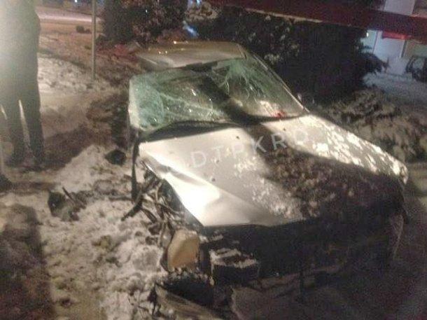 Машину разорвало на части после столкновения со столбом в Краснодаре
