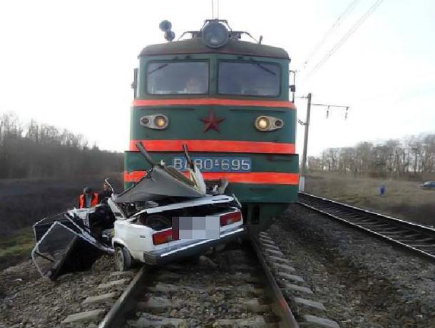 На Кубани поездом снесло «семерку»: один погиб, трое в больнице