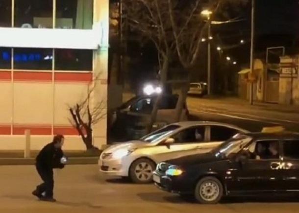Очевидцы сняли на видео горячие танцы на дороге в центре Краснодара