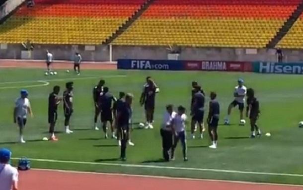 Болельщик выбежал на футбольное поле во время тренировки бразильской сборной в Сочи