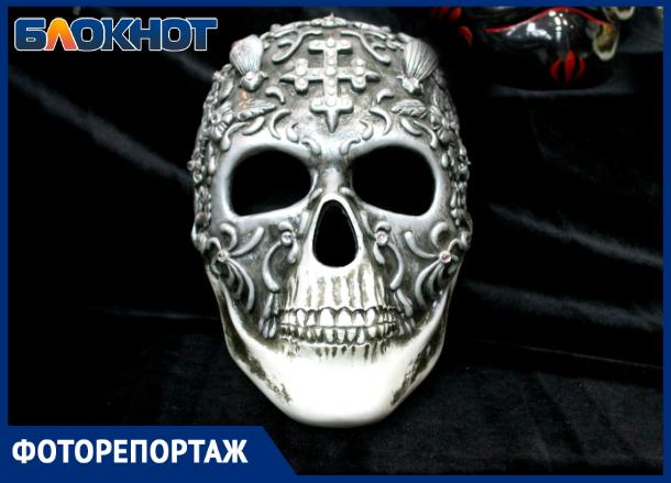 Открой личико: в Краснодаре представили маски из фильмов и прошлого