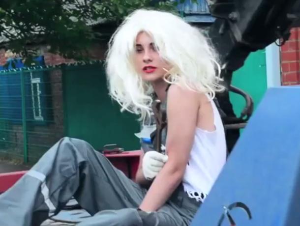 «Не сантехник, а суперзвезда» - клип-пародию на «брошенку» Бузову сняли краснодарские школьники