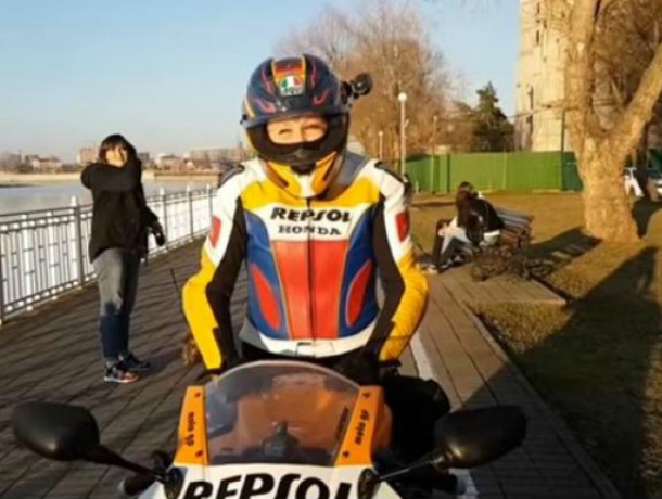 Дерзкую мотоциклистку, катавшуюся по тротуару в Краснодаре, поймали и наказали