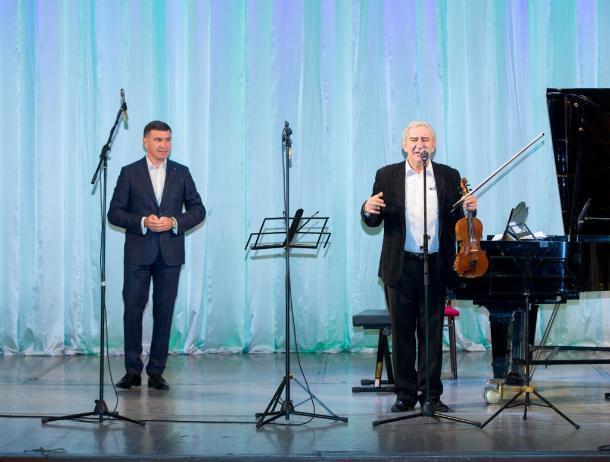 Сбербанк организовал в Краснодаре лекцию-концерт скрипача Михаила Казиника для воспитанников детских домов