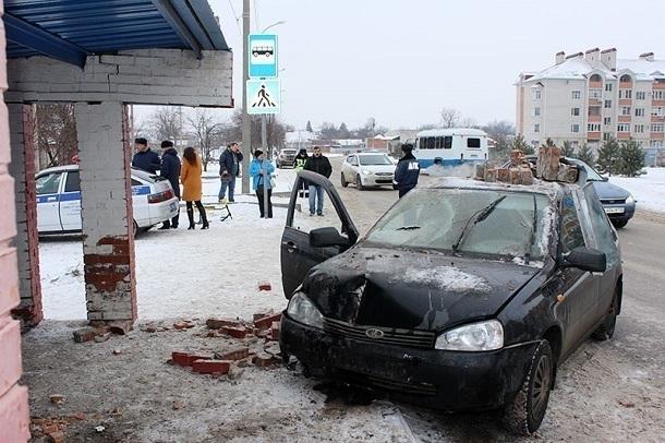 Жительницу Тихорецка наостановке сбила автоледи на Лада Kalina