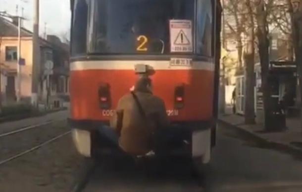 Трамвайный зацепер попал на видео в Краснодаре