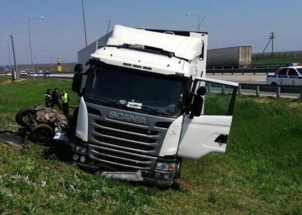 На Кубани фура раздавила полицейский автомобиль: два человека погибли