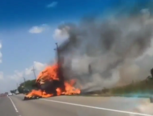 От горящего сена в прицепе на Кубани вспыхнули тягач и легковушка