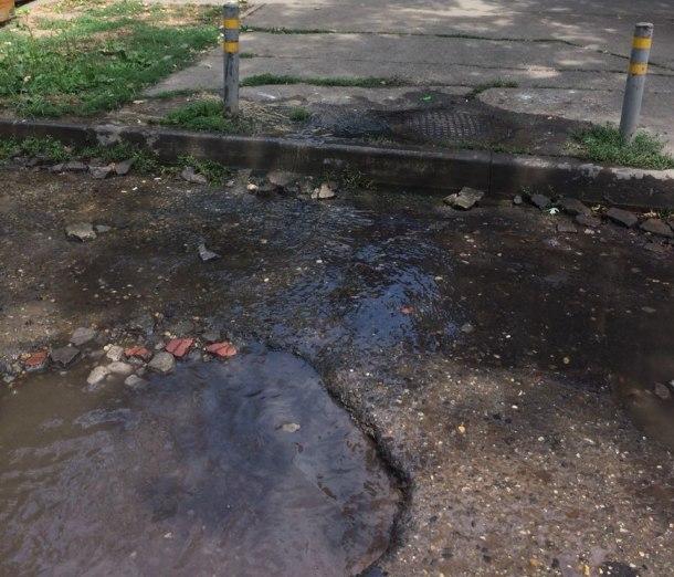 Канализацию в Краснодаре ремонтируют, но нечистоты все равно текут из люков