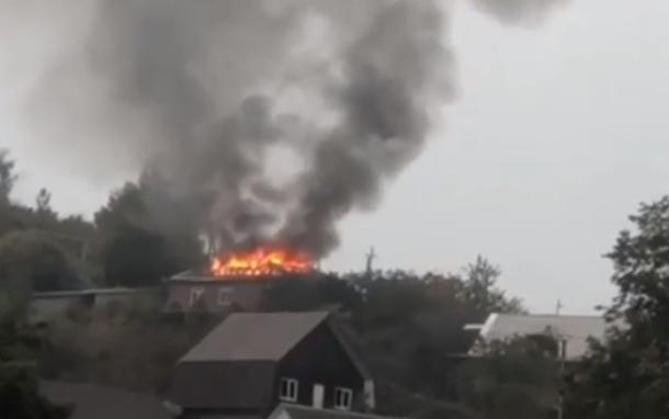 В Сочи ранним утром загорелся дом