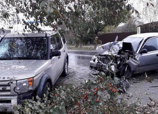 На Кубани четырех человек зажало в искореженной машине после ДТП