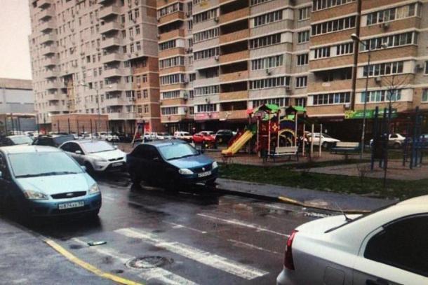 Маленький мальчик попал под колеса авто в одном из дворов Краснодара