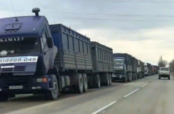 В Темрюкском районе образовалась пробка из 400 груженных фур