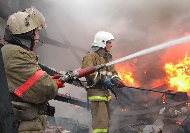 Пожарные гасят возгорание напроизводственном объекте впригороде Краснодара