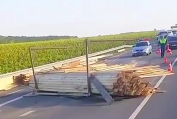 Доски на трассе стали причиной ДТП на Кубани