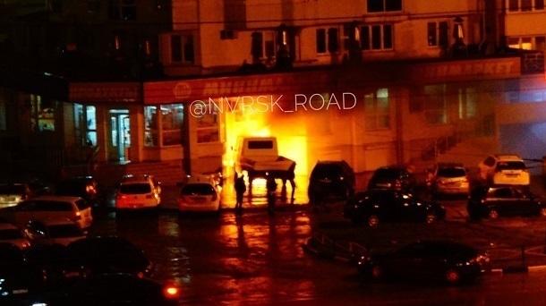 ВНовороссийске горящий фургон без водителя врезался вмагазин