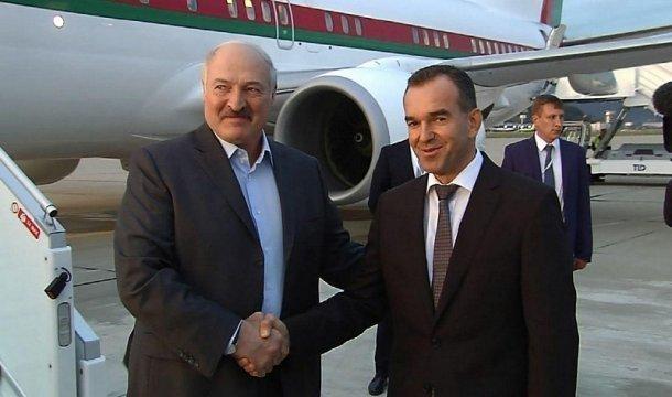 Кондратьев у трапа самолета в Сочи встретил Александра Лукашенко