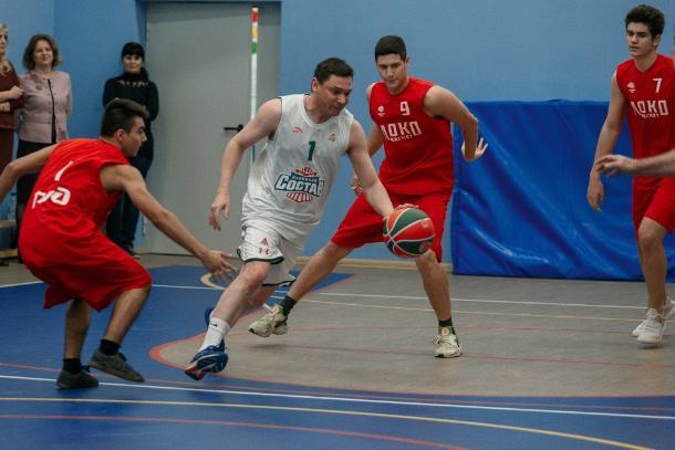 Мэр Краснодара Евгений Первышов сыграл со школьниками в баскетбол