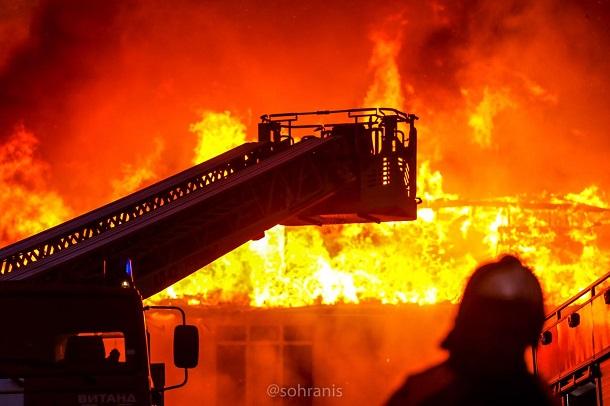 Онлайн трансляция: в центре Сочи горит пятиэтажка