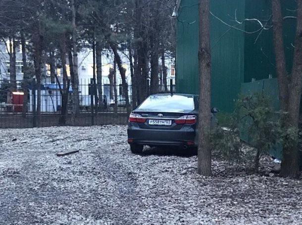 На парковке КубГУ в Краснодаре виновник аварии «сбежал» с места ДТП