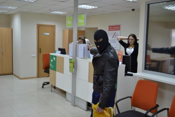ВКраснодаре мужчина спистолетом требовал вбанке 6 млн рублей