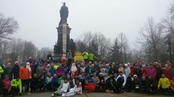 200 человек и собака пробежали 17-километровый новогодний забег по улицам Краснодара