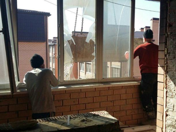 ВКраснодаре наПрокофьева, 3 заменили треть дверей вгоревшей шестиэтажке