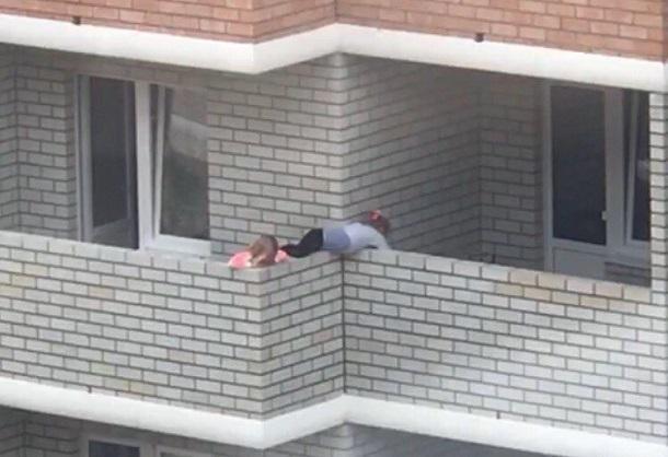 Краснодарец хладнокровно снял на видео, как дети перелезают через балкон на 10 этаже