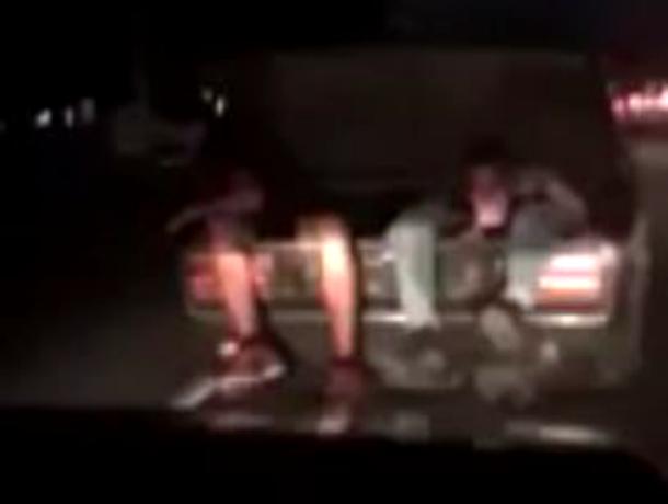 «Двое из ларца» - мужчины прокатились в багажнике авто по Кропоткину