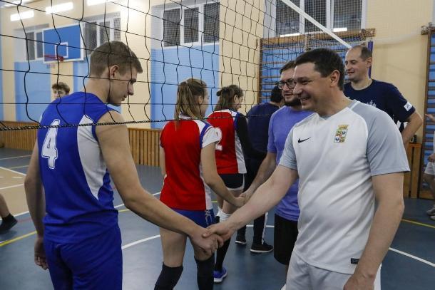 Мэр Краснодара сыграл со старшеклассниками в волейбол