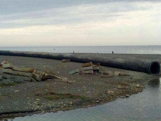 Несмотря на выделенные миллионы огромная труба в Сочи так и осталась лежать на пляже