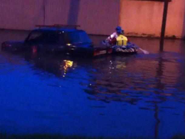 Ужасные последствия проливного дождя в Краснодаре: людей пришлось спасать на лодках