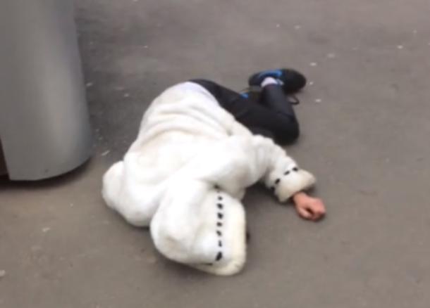 О деградации общества заговорили краснодарцы после видео с лежащей на асфальте девушкой