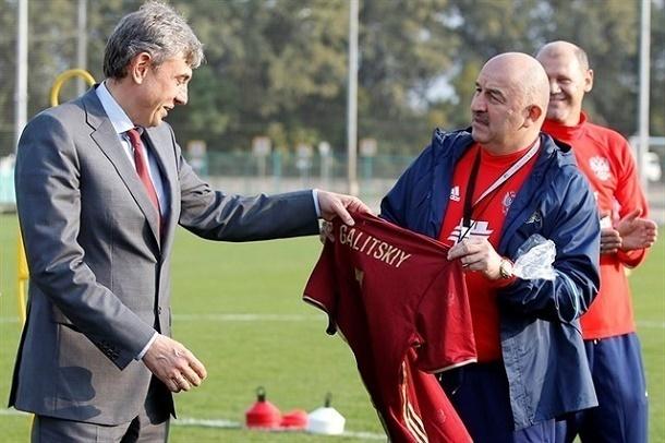 Черчесов подарил Галицкому футболку национальной сборной