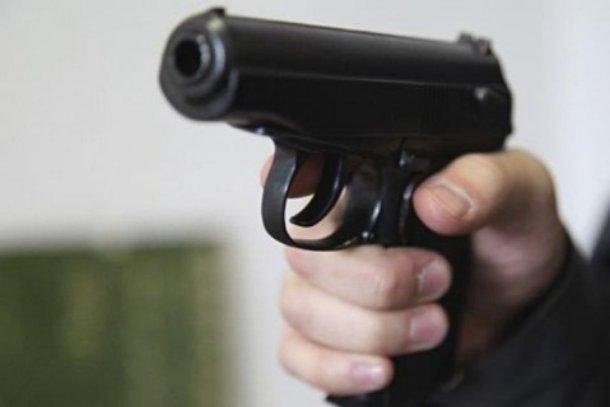 Мужчина отстреливался отприставов, пытавшихся изъять его машину задолги