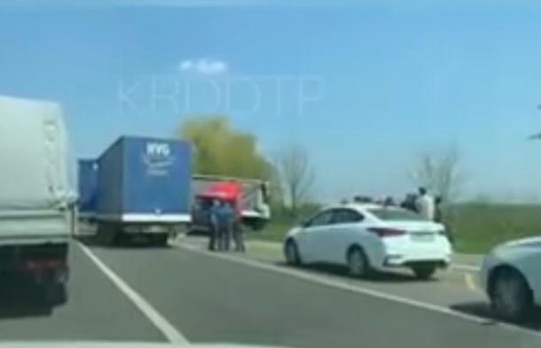 Один человек пострадал в ДТП с двумя фурами под Краснодаром