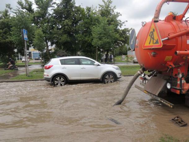 Спецтехника откачивает воду сзатопленных улиц Краснодара