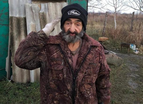 В Краснодаре 72-летний старик, имея богатых родственников, вынужден жить в шалаше