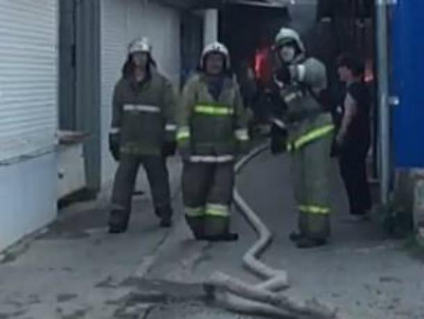 Крупный пожар на рынке в Новокубанске сняли на видео
